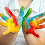 26592654-niña-y-niño-las-manos-pintadas-en-las-pinturas-de-colores